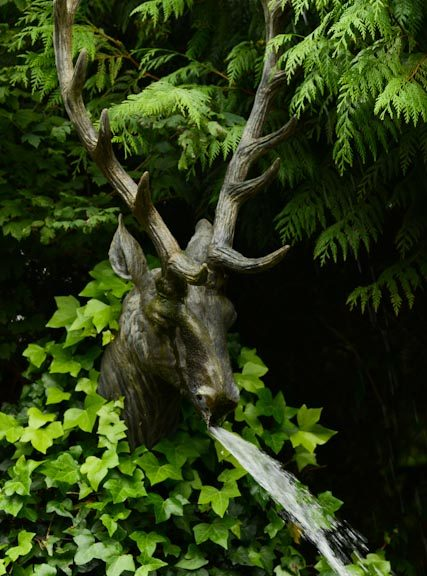 """Au passage des visiteurs, la tête de cerf façon """"trophée de chasse"""" crache de l'eau"""