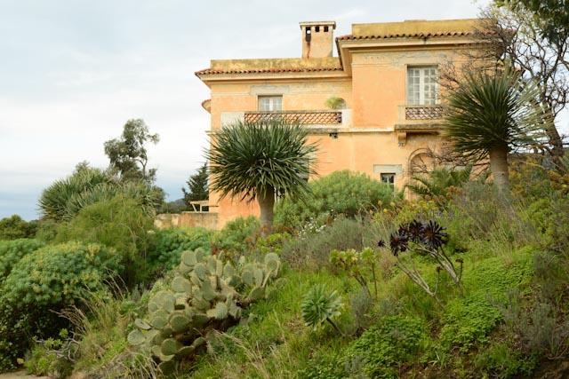 l'hôtel de la mer, domaine du Rayol, jardin des Méditerranées, regroupe aujourd'hui l'accueil et une salle d'expositions temporaires.