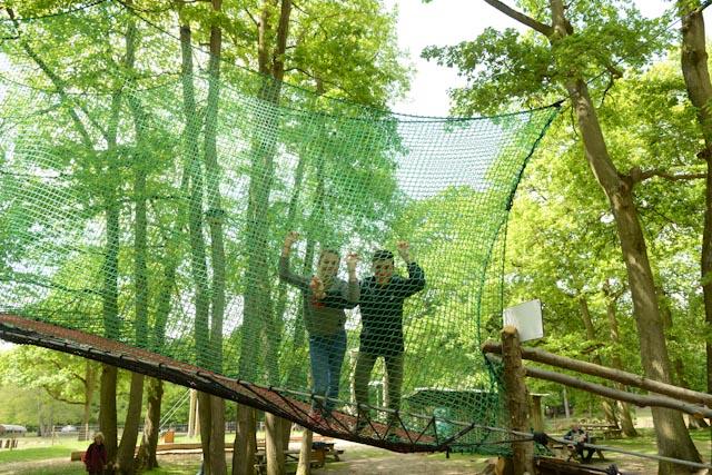 Des filets tendus entre les cimes des arbres permettent de s'amuser et voir les animaux de haut.