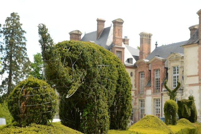 Eléphant en topiaire devant le château de Thoiry