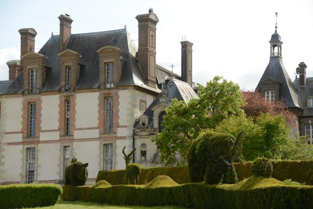 Devant le château de Thoiry, une frise d'animaux sauvages sculptés en topiaire accueille les visiteurs. En attendant de voir les vrais...