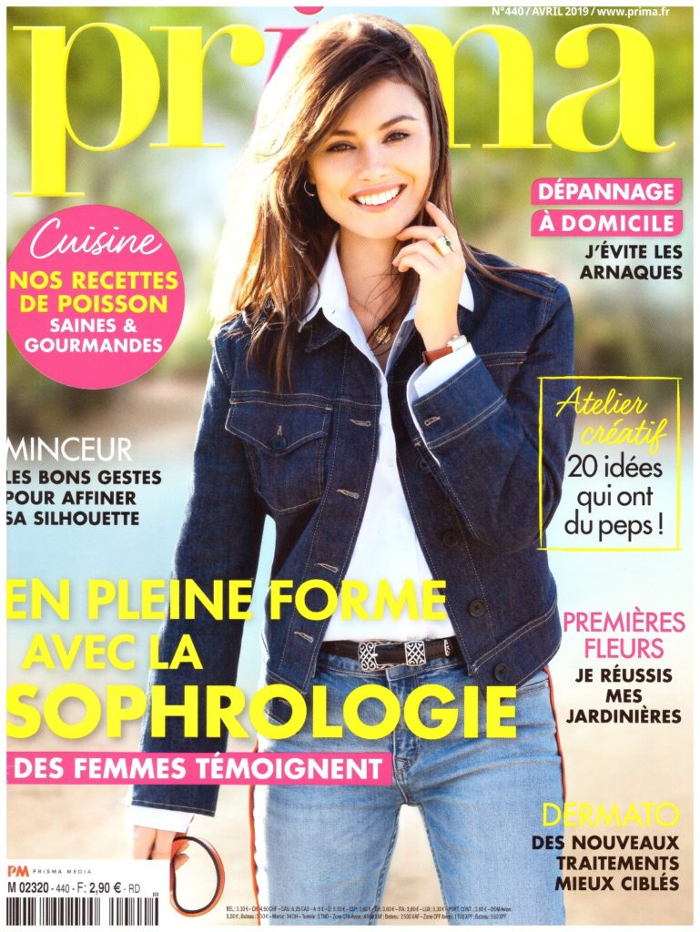 Couverture du magazine PRIMA d'avril 2019. Jeune femme vêtue d'un jean et d'un blousson également en jean bleu marine.