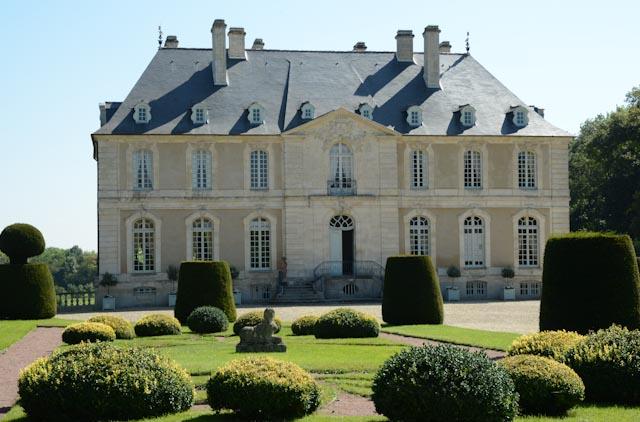 façade du château de Vendeuvre avec son jardin de topiaires.
