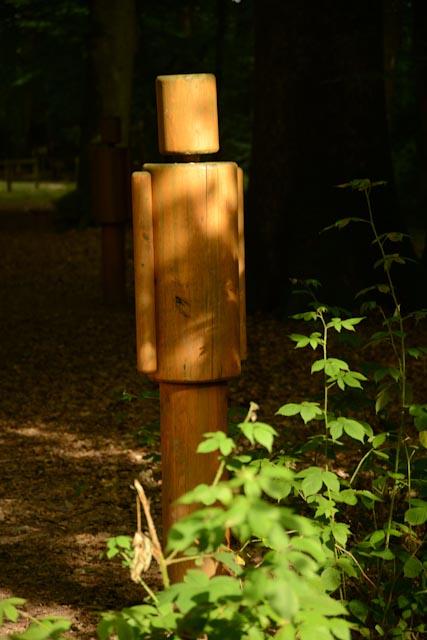 """Silhouette en bois appelé """"gardien de la forêt"""" dans la forêt de Bercé (Sarthe)."""